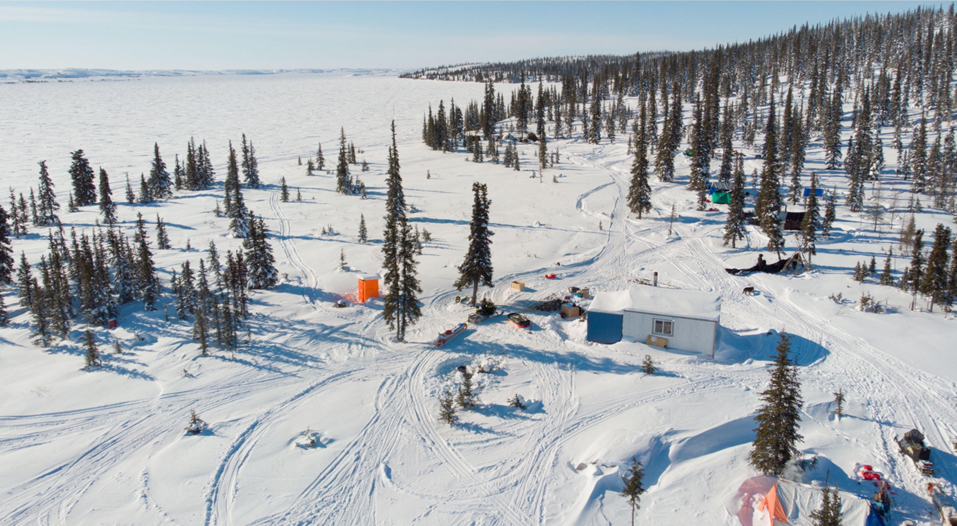 2021年3月,Łutsël K ' é Dene First Nation的成员前往Ɂedacho Tué(炮兵湖)的边缘进行社区狩猎和文化营。
