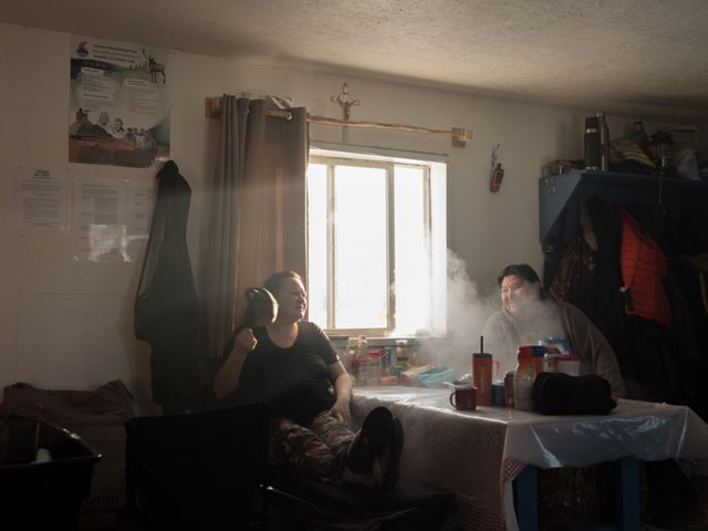 Iris Catholique和Tommy Lafferty在Thaidene社区营地享受安静的时刻Nëné土著保护区。