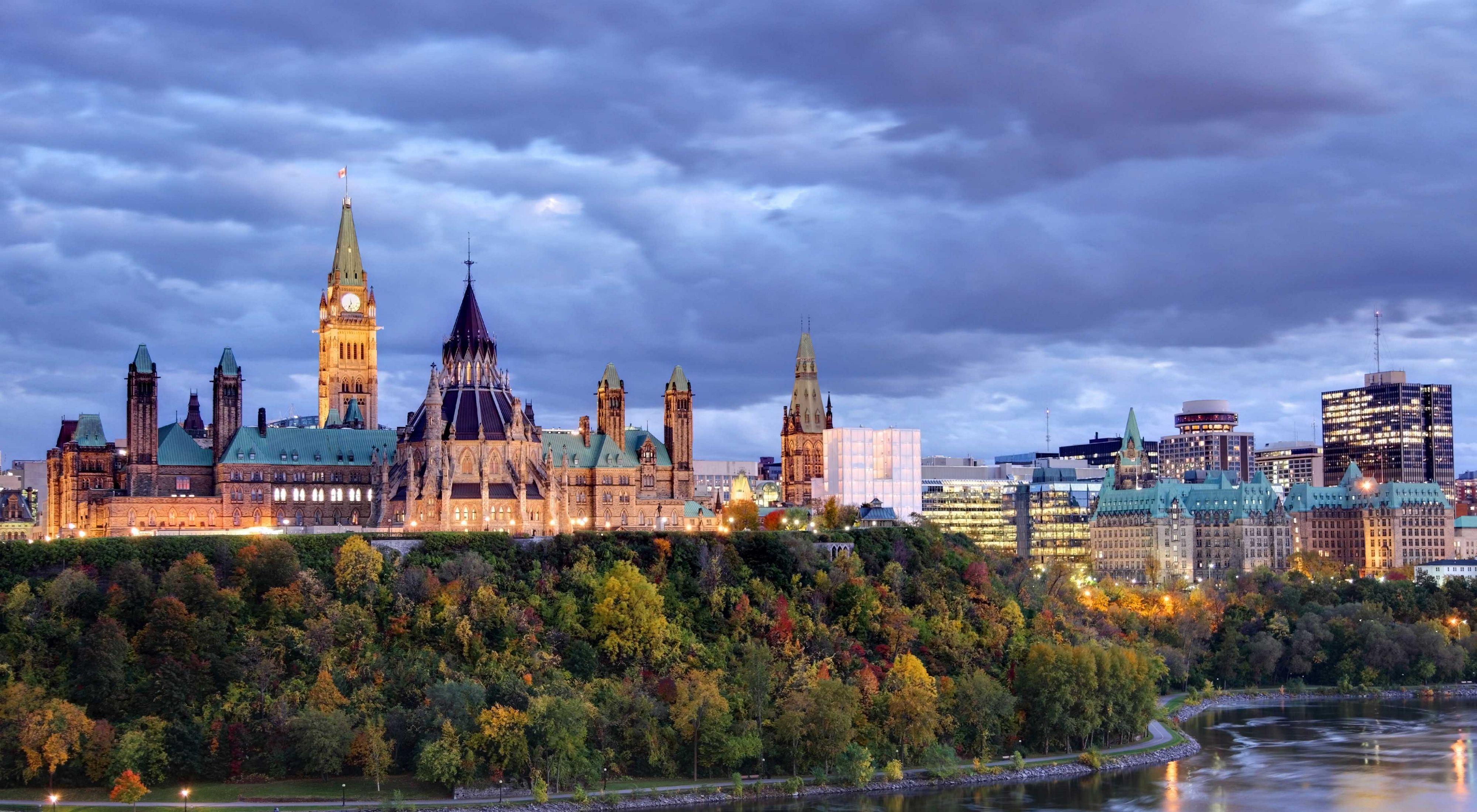 加拿大议会在渥太华的一条河对面