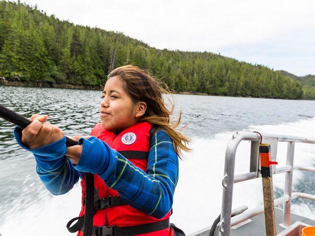 Jamie Mason享受乘坐船上的船,从苏珊和海洋实习局在大熊雨林中旅行。