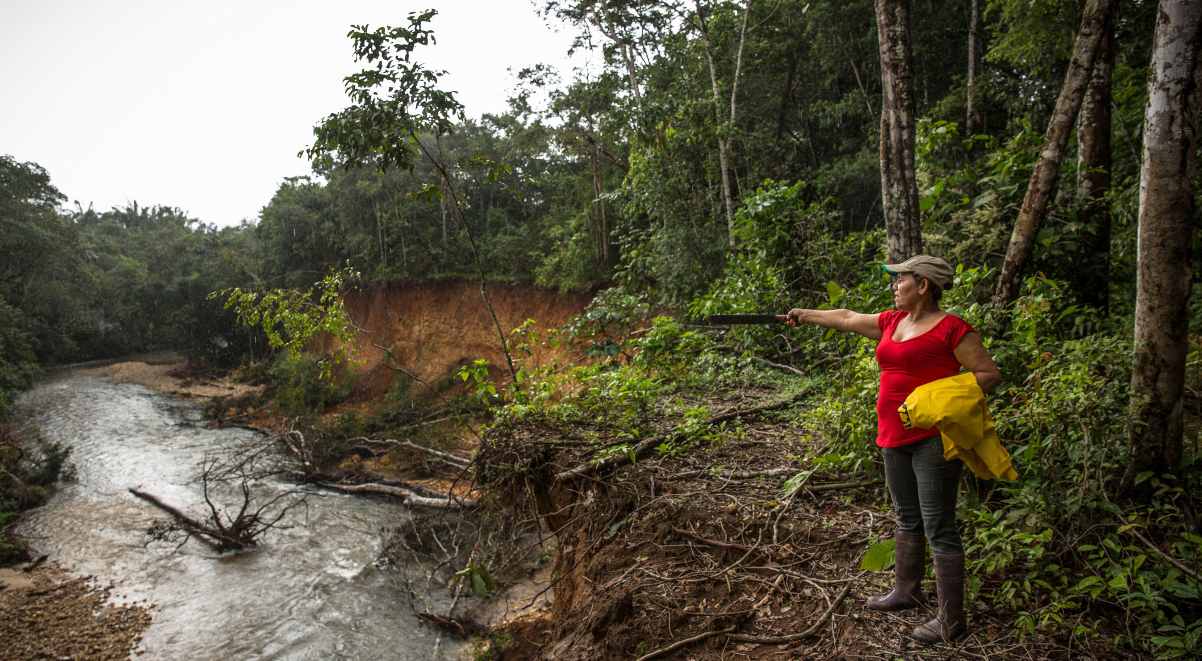 Mercedes ve las conexiones que la unen con su bosque conservado, con sus animales, que le dan de comer, y con su tierra, y espera protegerlo toda la vida.