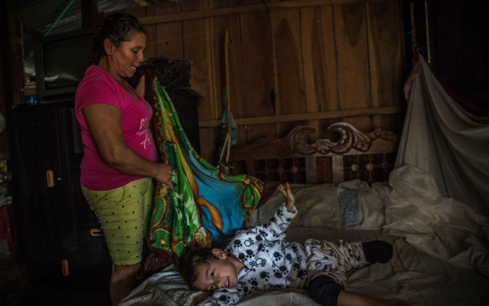 Mercedes cuida a su nieto durante las temporadas de vacaciones escolares, e intenta enamorarlo de la naturaleza. Espera sembrar la semilla de conservar en su generación.