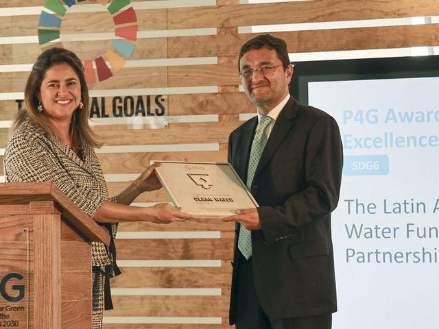 Hugo Contreras, Director de Seguridad Hídrica para América Latina de TNC recibe el Premio P4G de Asociaciones de Vanguardia de 2019 de la Primera Dama de Colombia