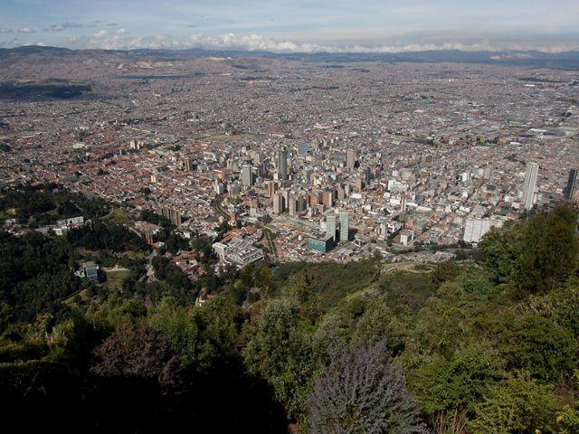Abajo, Bogotá se extiende bajo las bellas montañas que rodean la ciudad y que filtran naturalmente el agua que bebe.
