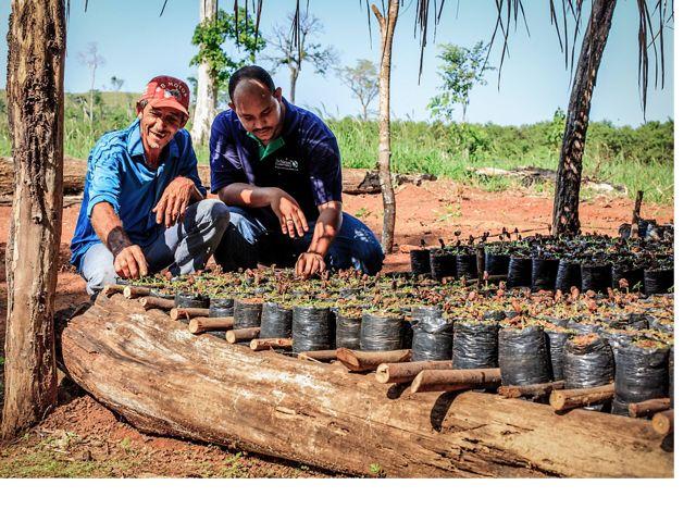 Un miembro del personal de Nature Conservancy conversando con un agricultor local en São Félix do Xingu, en la Amazonia brasileña.