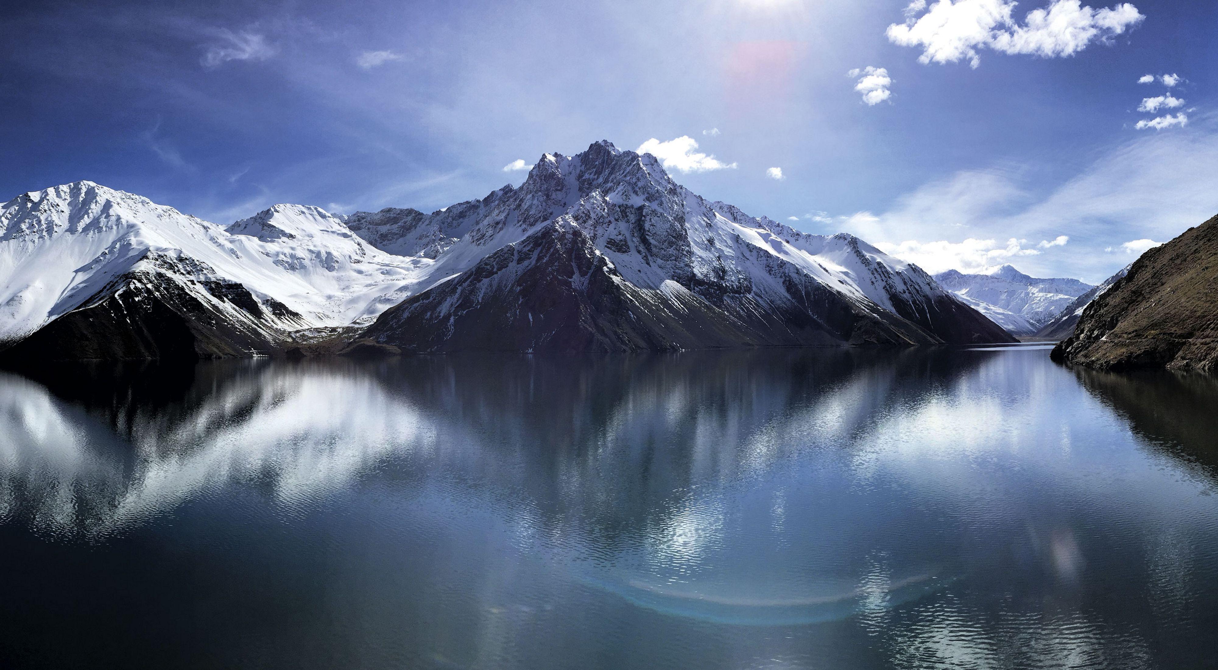 Rodeado por la cordillera de los Andes, el embalse del Yeso forma parte de la cuenca del Maipo, que abastece de agua a 7 millones de personas en la ciudad de Santiago