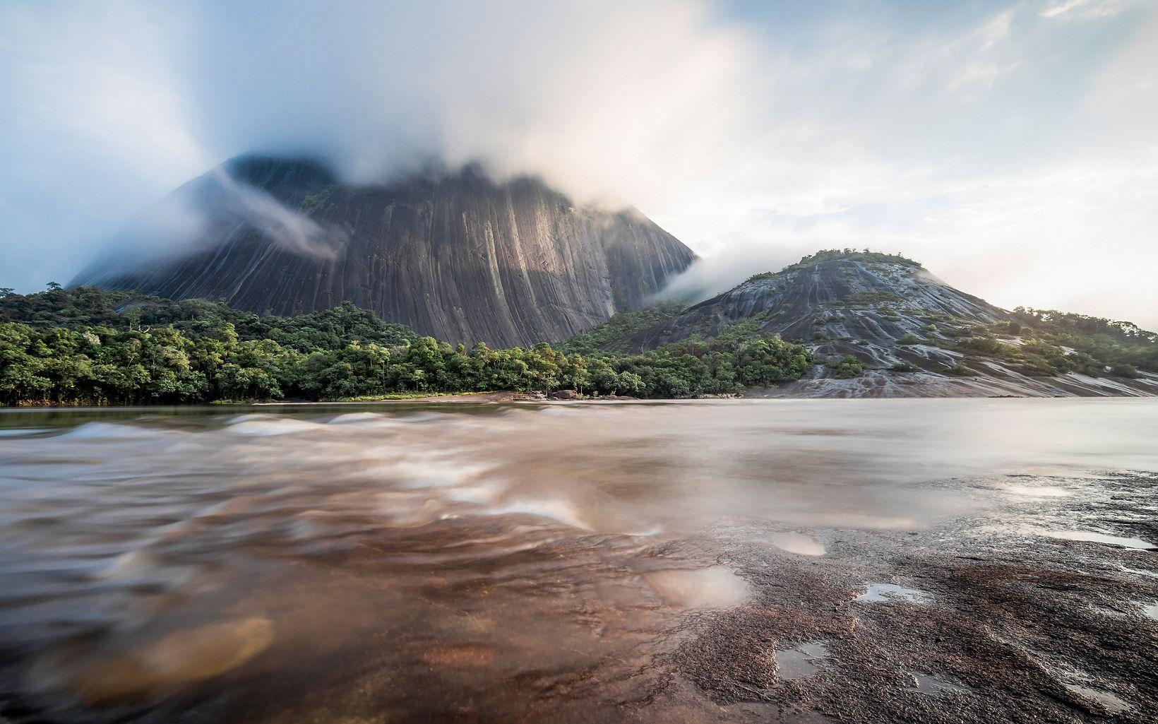 Realice esta fotografía la mañana del 18 de abril del 2019, mientras la neblina empezaba a elevarse cubriendo la punta del cerro ''Pajarito.''