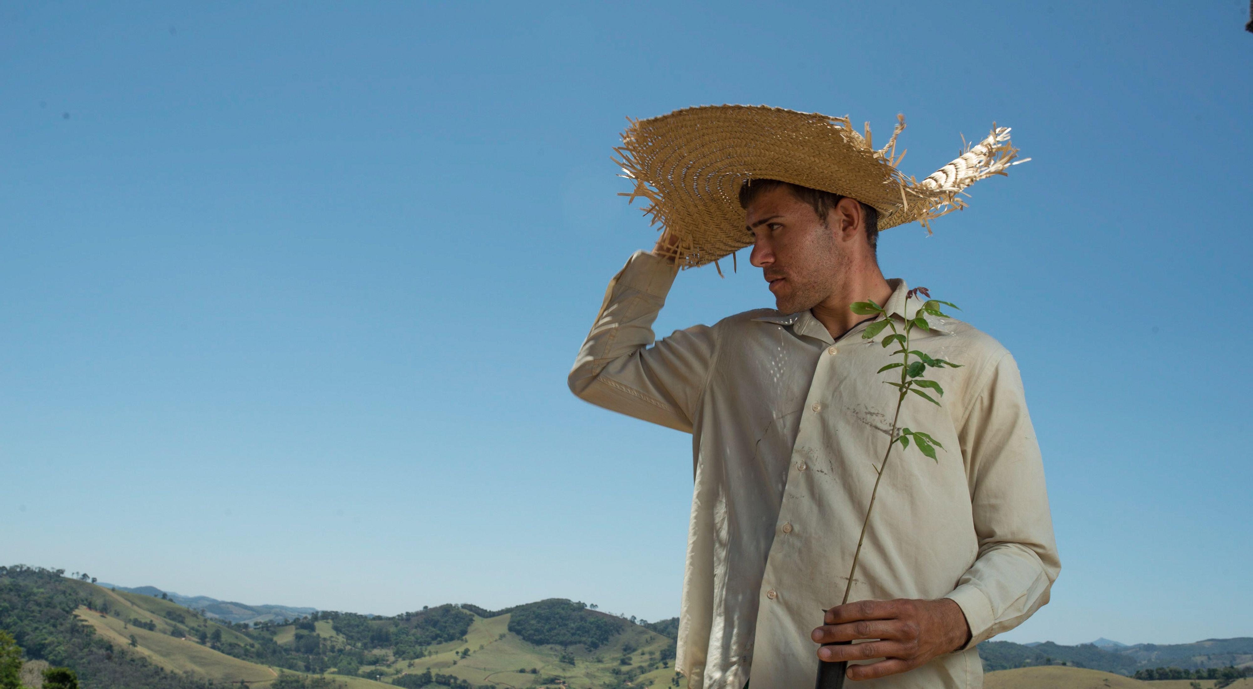 Vinicius Uchoa, un plantador de árboles local, está ayudando a reforestar la Cordillera Mantiqueria del muy agotado Bosque Atlántico de Brasil.