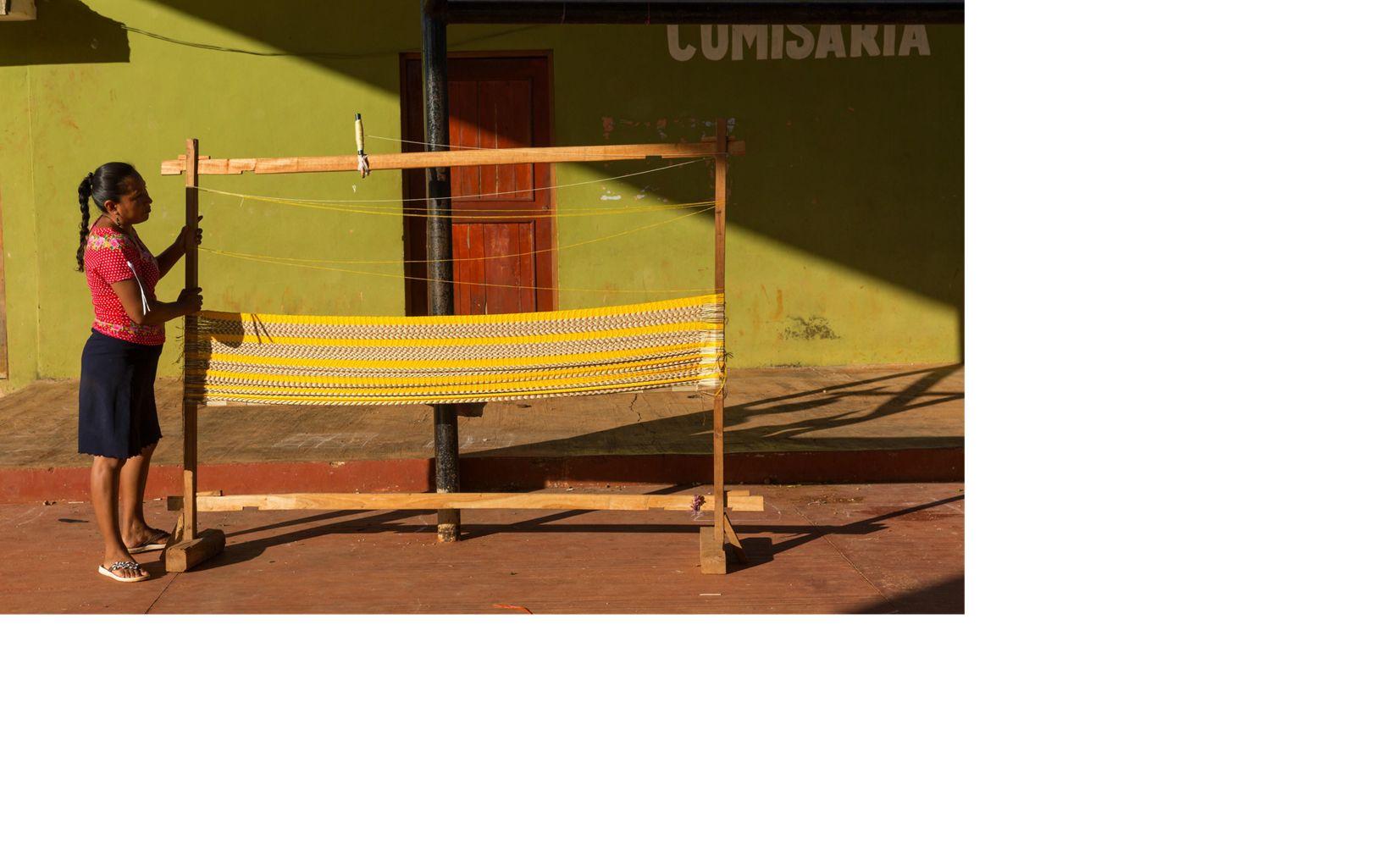 Rita Margarita Canul Ek de la cooperativa de tejido de hamacas de mujeres que trabaja todos los viernes en la cancha de baloncesto cubierta en el ejido de San Agustín.
