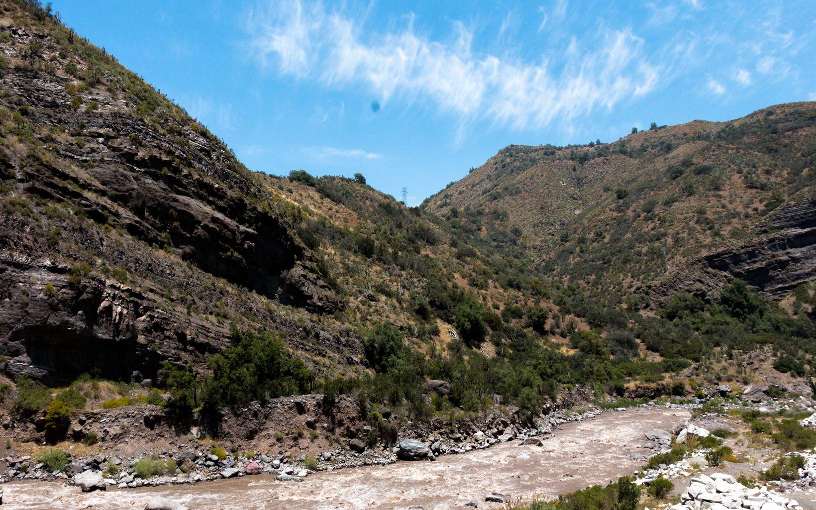 Río Maipo desciende por la cordillera de los Andes