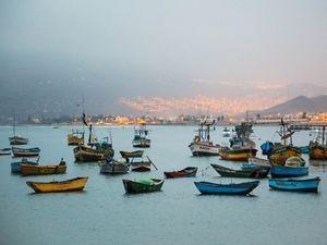 Barcos de pescadores en Ancón, Perú