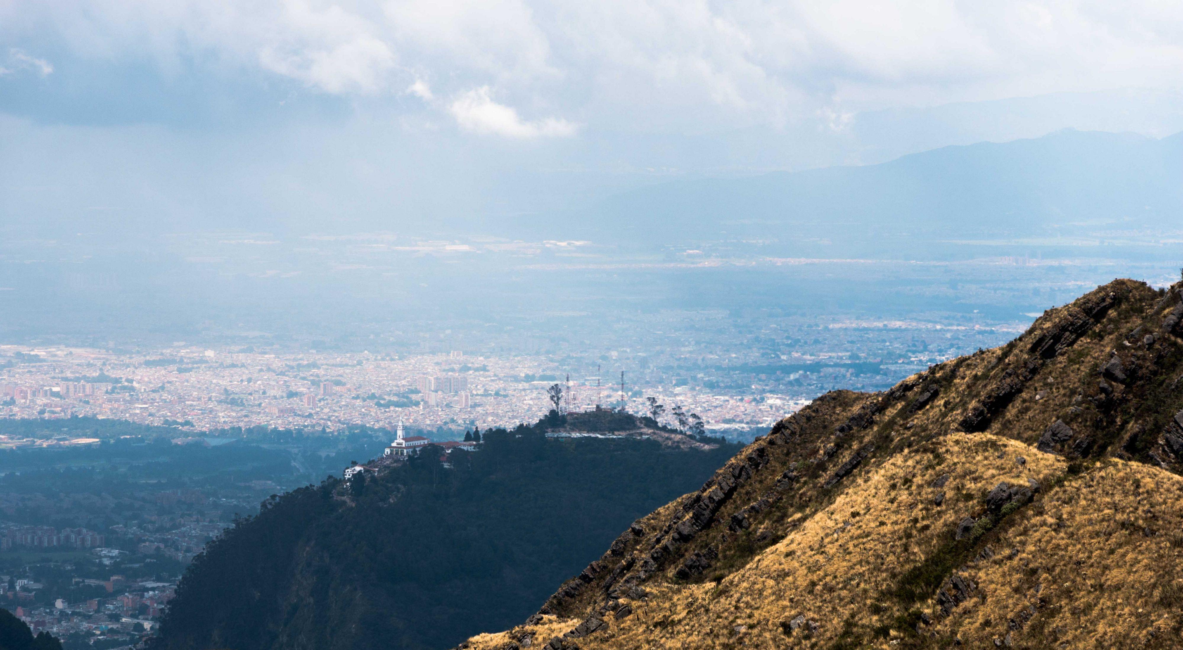América del sur comienza con Colombia, uno de los pases con más privilegios hídricos.  Al fondo su capital: Bogotá