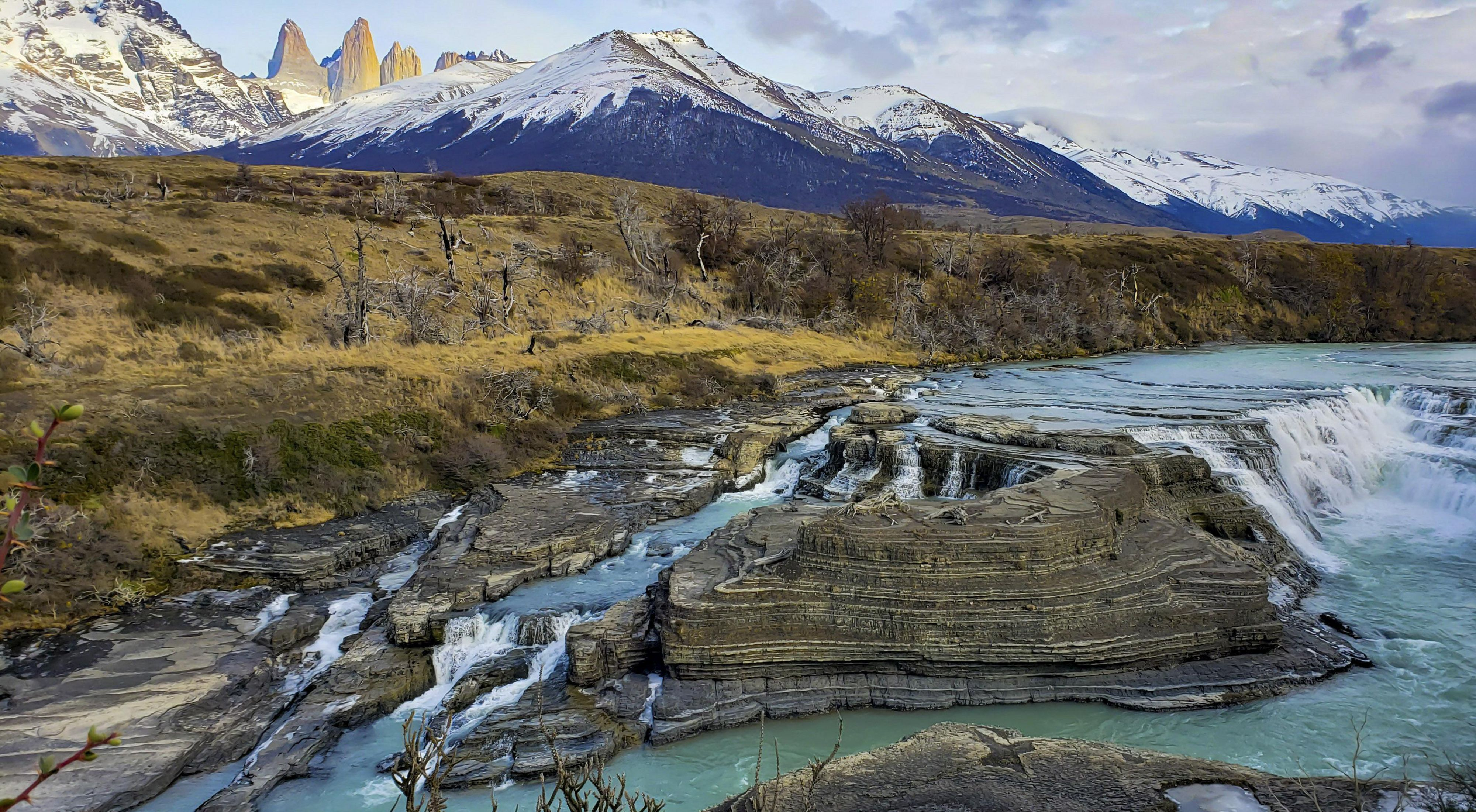 la belleza de la cascada Paine que da lugar al río de aguas verde esmeralda del mismo nombre.región de Magallanes - Patagonia chilena.