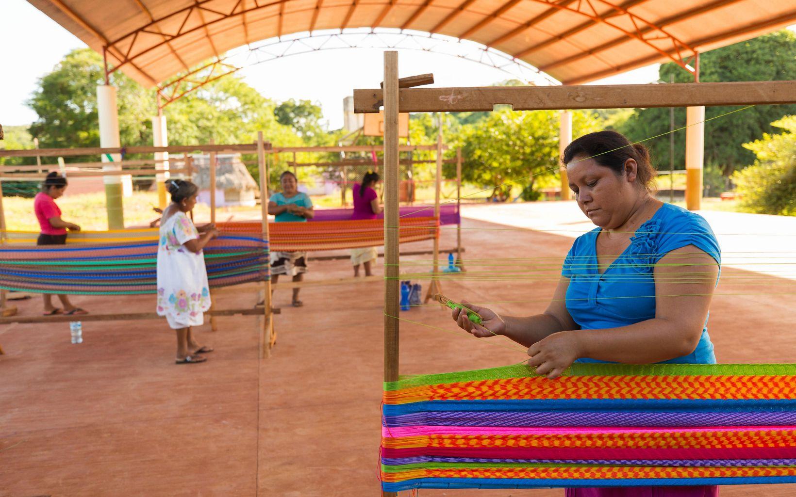 Mujeres tejedoras en San Agustín, México