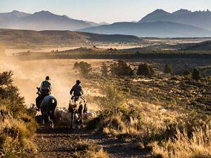 Dos ginetes cabalgan las tierras de Fortín Chacabuco