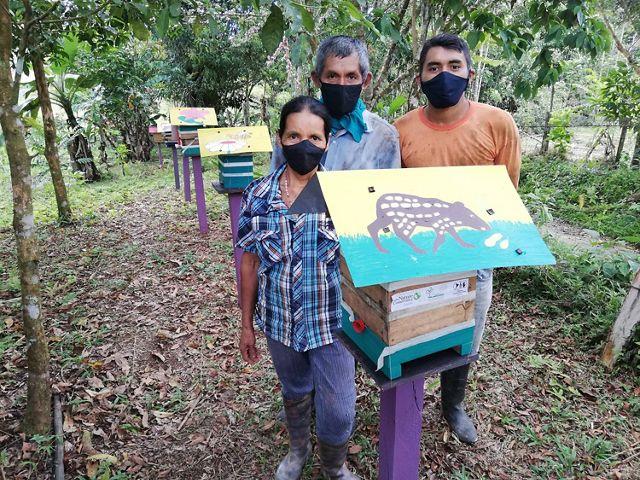 Graciela y su familia con sus cajas de meliponas