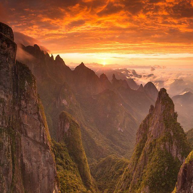 Un amanecer mágico en el Parque Nacional Serra dos Órgãos en Rio de Janeiro, Brasil.