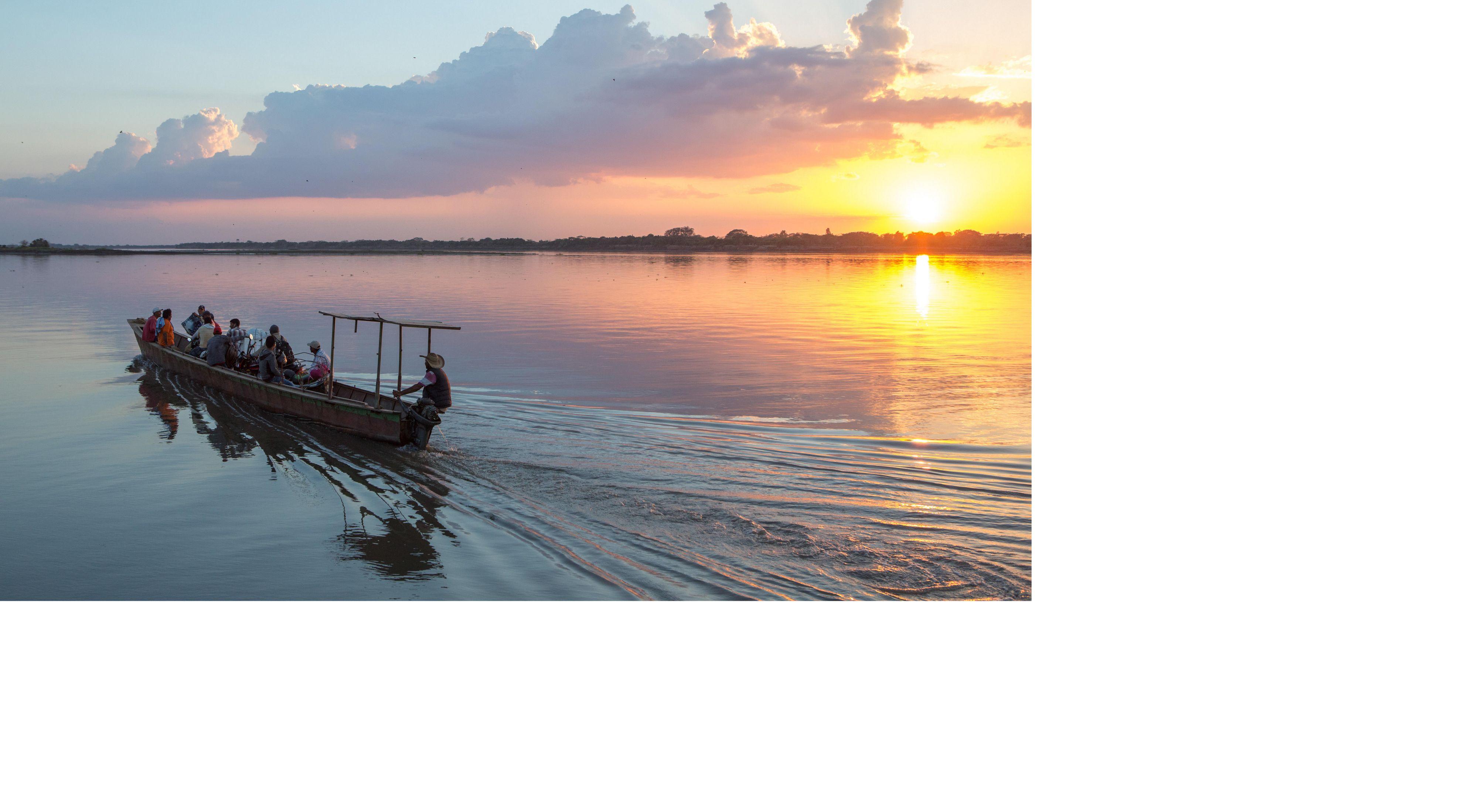 Los residentes locales cruzan el río Magdalena utilizando un ferry cerca de la ciudad de Pinto en la Depresión de Mompox.