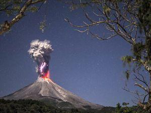 """Energía pura y fuego."""" Volcán de Colima en erupción durante la noche mostrando su fuerza, fue tomada en la Yerbabuena, Comala, Colima, Las erupciones volcánicas en pequeñas cantidades ayudan a reducir el calentamiento global."""