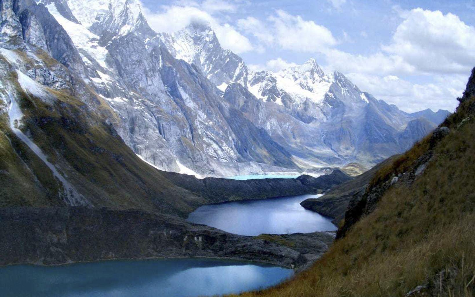 Cordillera Huayhuash  los departamentos de Lima, Ancash y Huánuco, en la sierra central del Perú, a 50 km al sur de la Cordillera Blanca.
