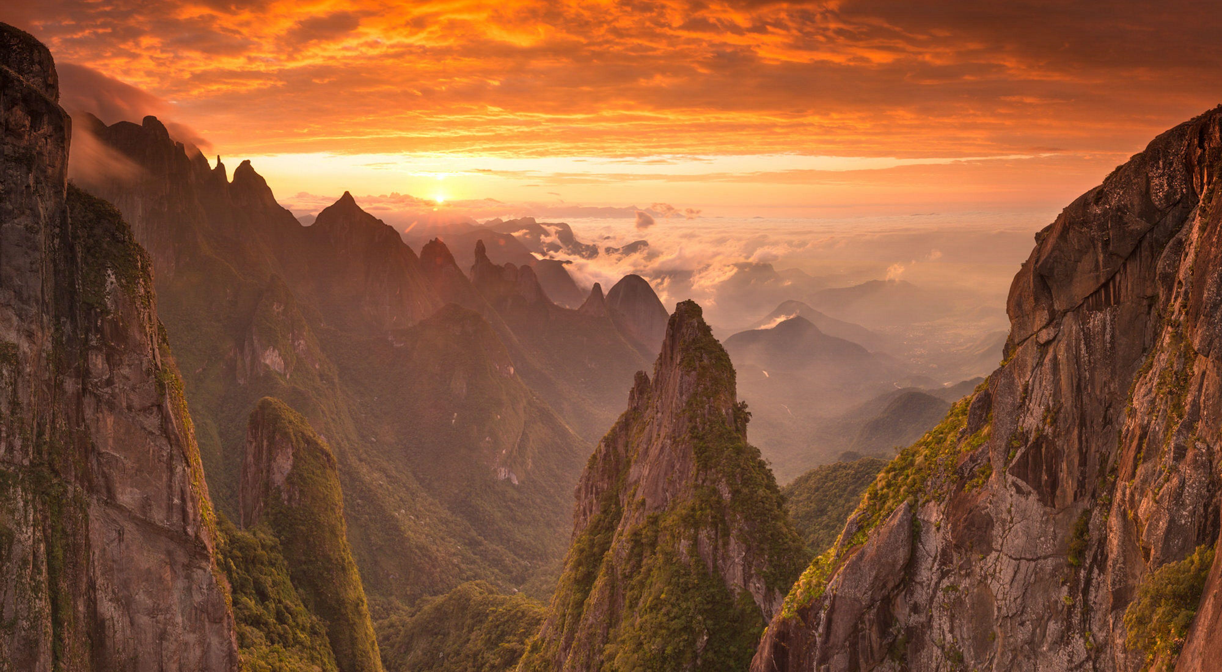 Hermoso atardecer en  Serra dos Órgãos Parque Nacional de Rio de Janeiro/Brasil.