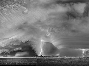 Varios rayos se forman sobre un cielo nublado