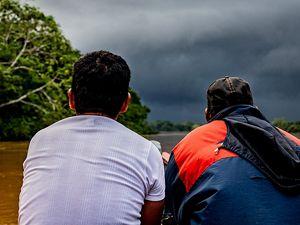 El gran aguacero se roba la atención de Miguel y Remigio de navegando el río Orteguaza, de regreso a El Diamante.