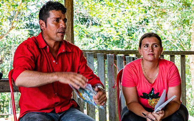La comunidad de El Diamante habla con sus vecinos campesinos de las veredas Combeima y Diamante 21 antes de firmar los documentos de acuerdos interculturales.