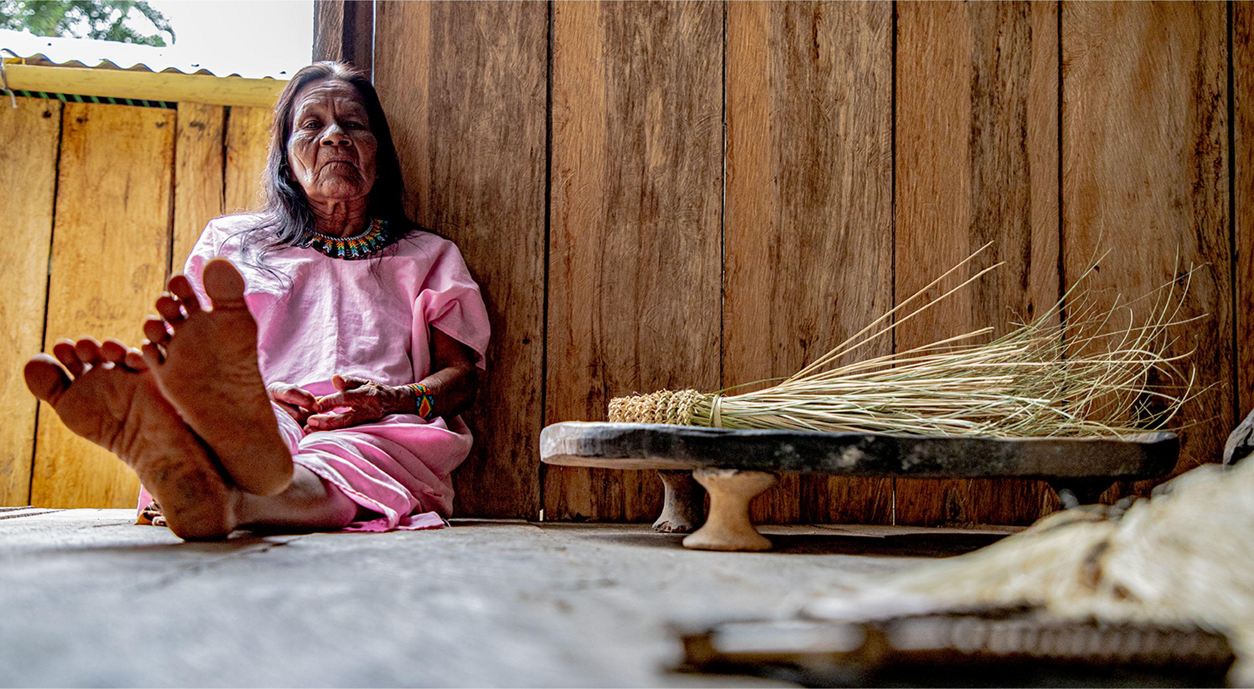 Cuatro generaciones de mujeres korebaju mantienen viva la cultura del resguardo Peñas Rojas en cada collar y mochila que hacen.