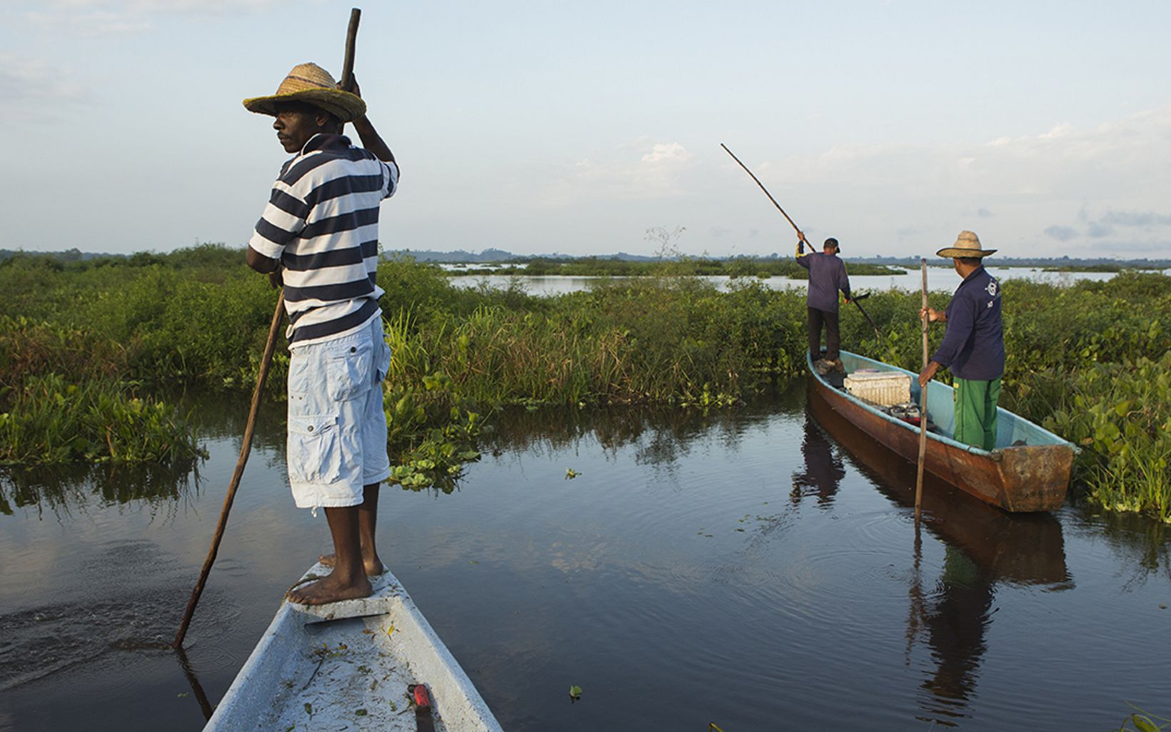 BALANCING ACT: On rivers like the Magdalena, in Colombia, TNC is working to find a new equilibrium that supports environmental needs while sustaining traditional livelihoods such as fishing, shown here at the Barbacoas marshes.