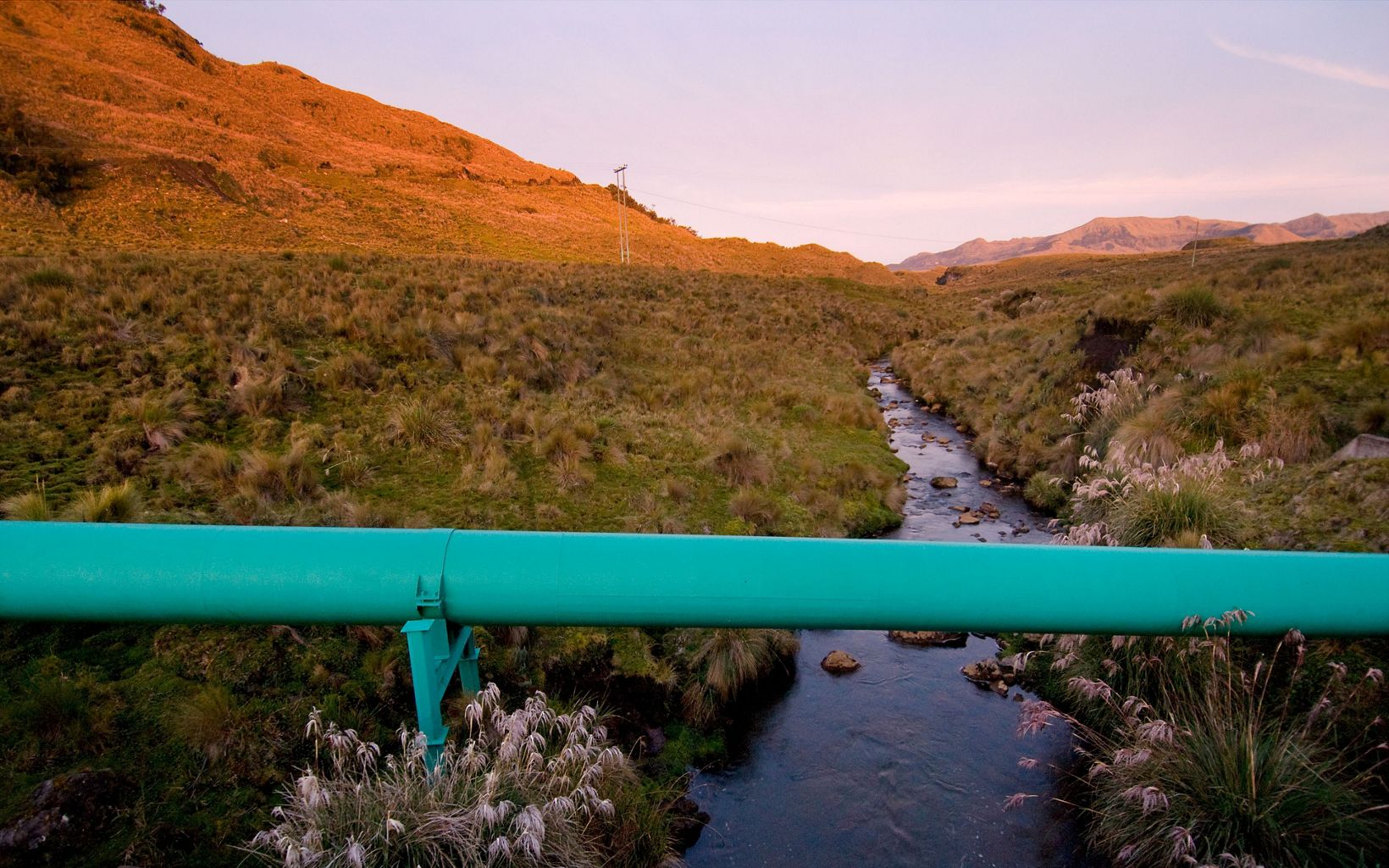 The Salve Paccha auquaduct (green pipe) transports water from Cayambe Coca to Quito.