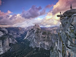 Man standing at the edge in Yosemite NP, California, USA.