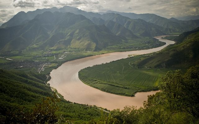 Bends in the upper Yangtze River (Chang Jiang), Yunnan Province, southwestern China.